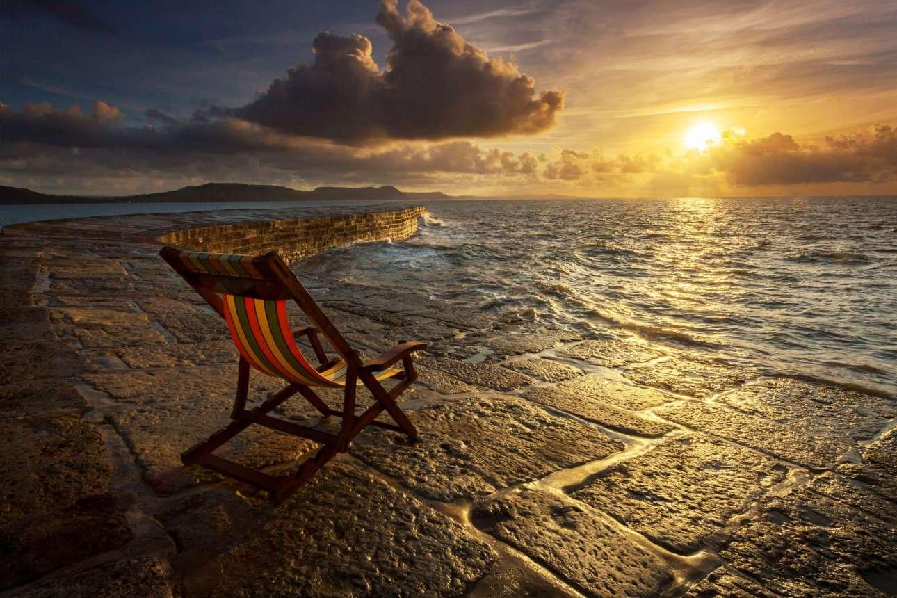 Ο ήλιος ανατέλλει πάνω από το Cοbb και διακρίνεται στην κατηγορία Παραθαλάσσια Θέα