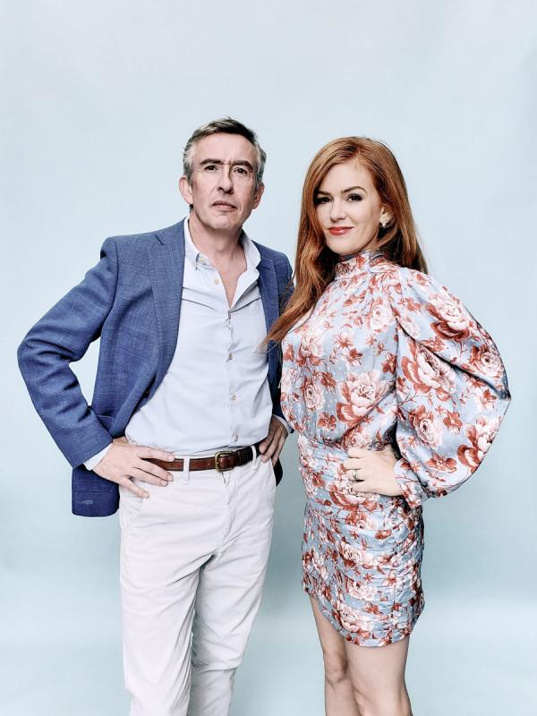 Στιβ Κούγκαν και Αϊλα Φίσερ ποζάρουν και πρωταγωνιστούν παρέα στην ταινία «Greed» («Απληστία»)