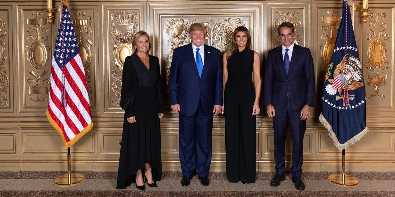 Στην εθιμοτυπική φωτογραφία στη δεξίωση που παρέθεσε ο πρόεδρος των ΗΠΑ στο περιθώριο της ΓΣ του ΟΗΕ: Μαρέβα Μητσοτάκη, Ντόναλντ και Μελάνια Τραμπ και Κυριάκος Μητσοτάκης