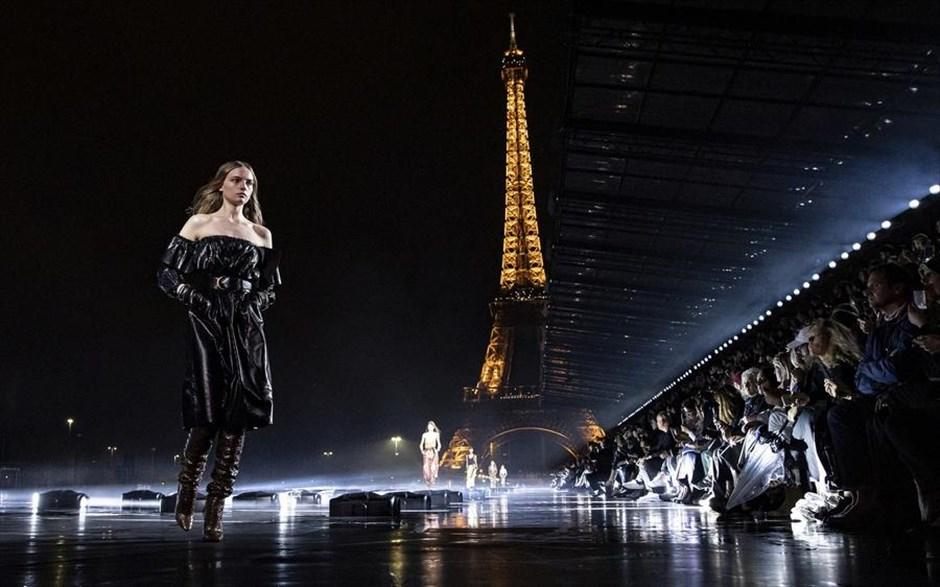 Εντυπωσιακό στιγμιότυπο από την πασαρέλα του οίκου Saint Laurent στην Εβδομάδα Μόδας στο Παρίσι