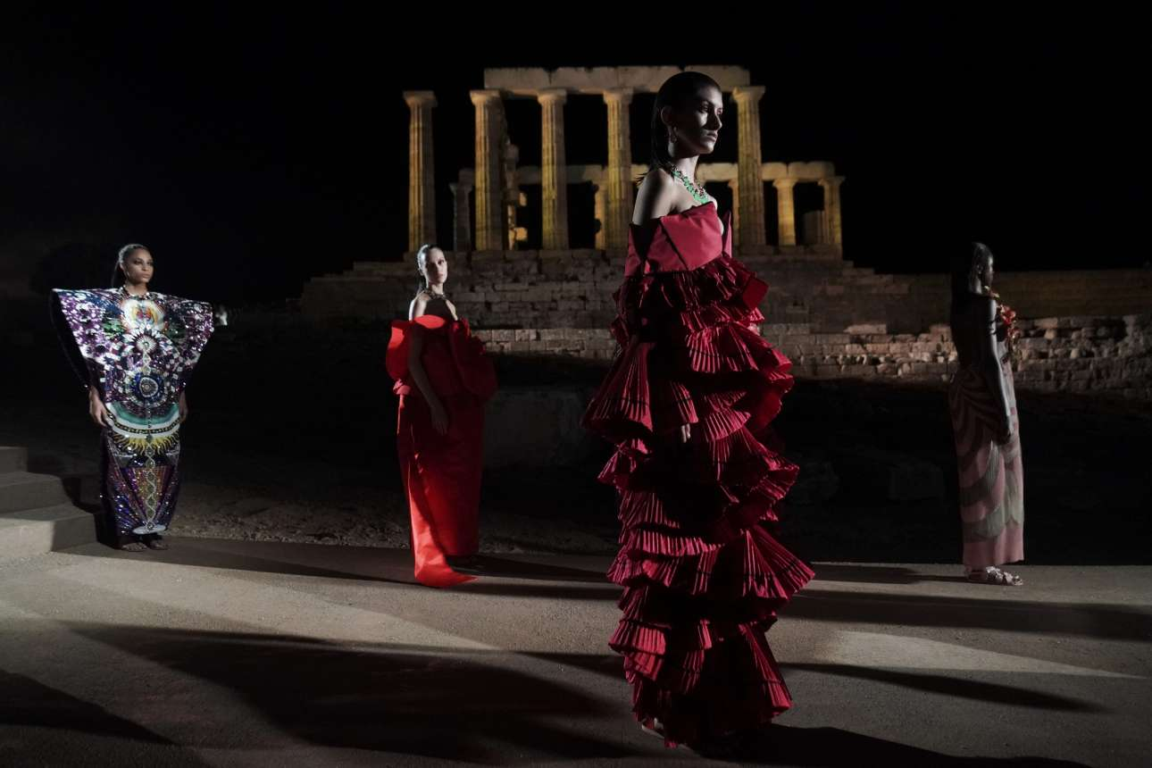 Επίδειξη μόδας της Μαίρης Κατράντζου, για τα 30 χρόνια του συλλόγου ΕΛΠΙΔΑ, στον ναό του Ποσειδώνος στο Σούνιο