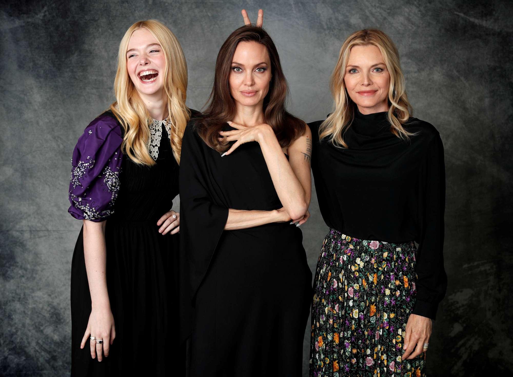 Ελ Φάνινγκ, Αντζελίνα Τζολί, Μισέλ Φάιφερ: οι κυρίες του Χόλιγουντ φορούν μαύρα και αστεΐζονται με «κερατάκια» επειδή λανσάρουν το καινούργιο τους φιλμ που σχετίζεται με το Κακό («Maleficent: Mistress of Evil»)