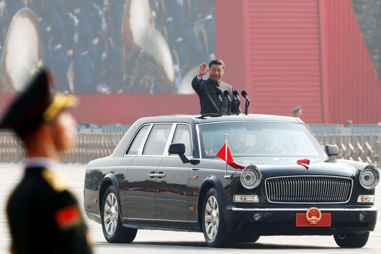 Ο Σι Τζιπίνγκ προσέρχεται στην παρέλαση