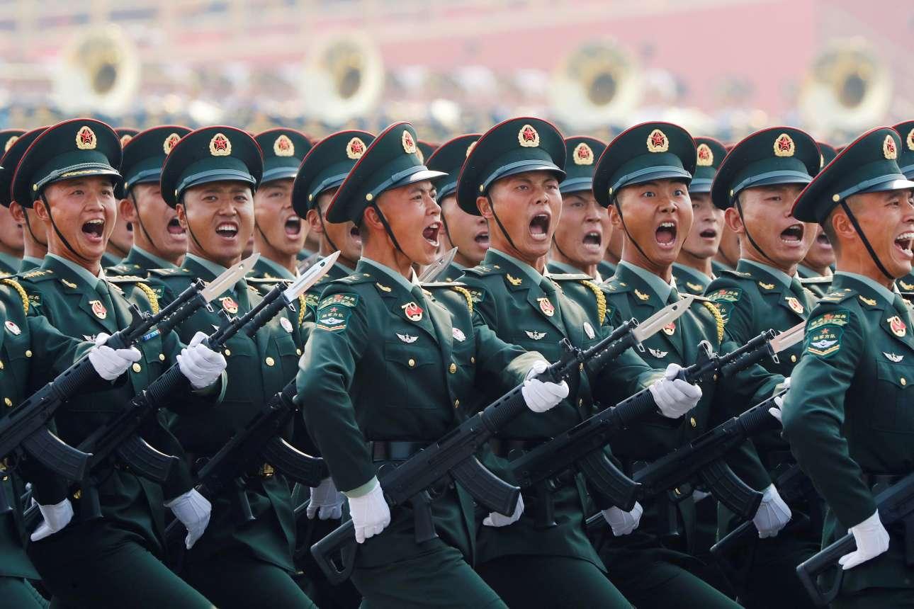 Μέλη του κινεζικού στρατού χαιρετούν τον ηγέτη του Κομμουνιστικού Κόμματος Κίνας
