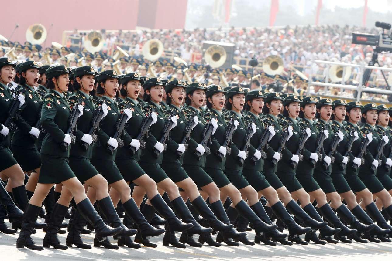 Γυναίκες του κινεζικού στρατού με άψογο βηματισμό