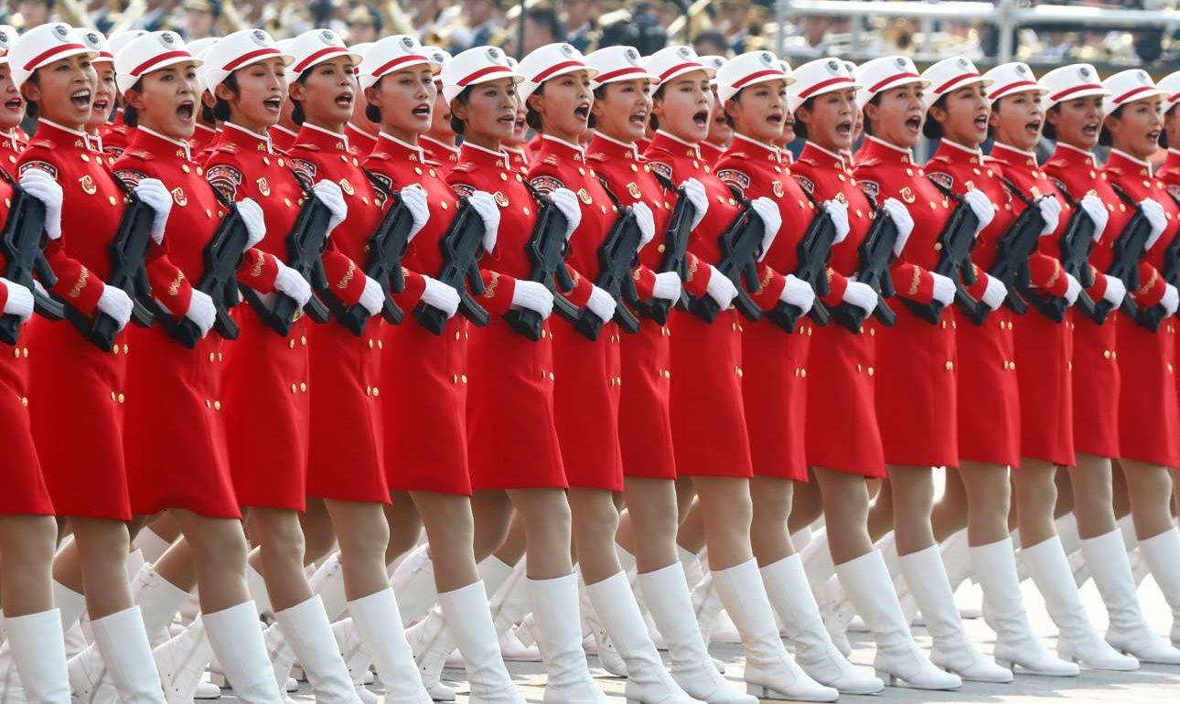Γυναίκες μέλη του κινεζικού στρατού σε άψογο σχηματισμό
