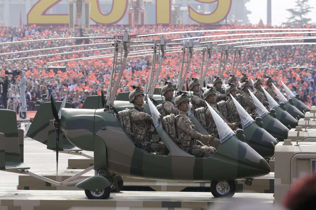 Στρατιωτικά μίνι ελικόπτερα στην πλατεία Τιενανμέν