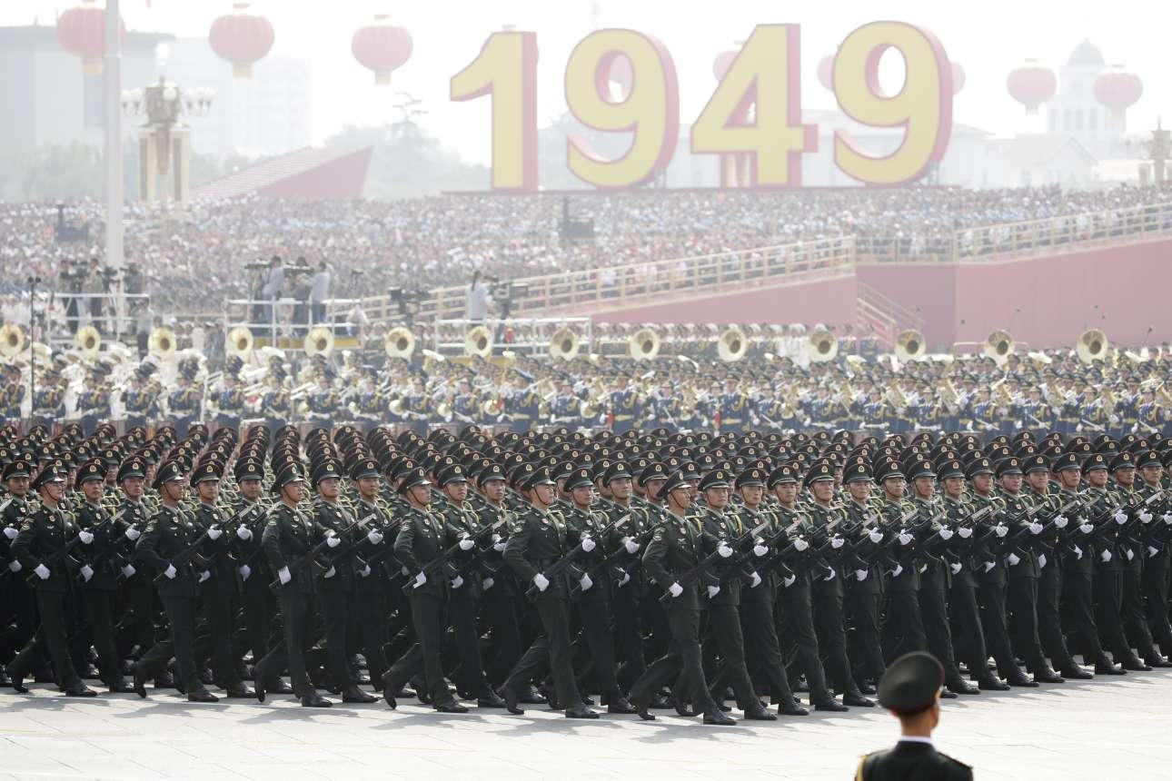 Στρατιώτες του Εθνικού Απελευθερωτικού Στρατού παρελαύνουν μπροστά από την εξέδρα των επισήμων