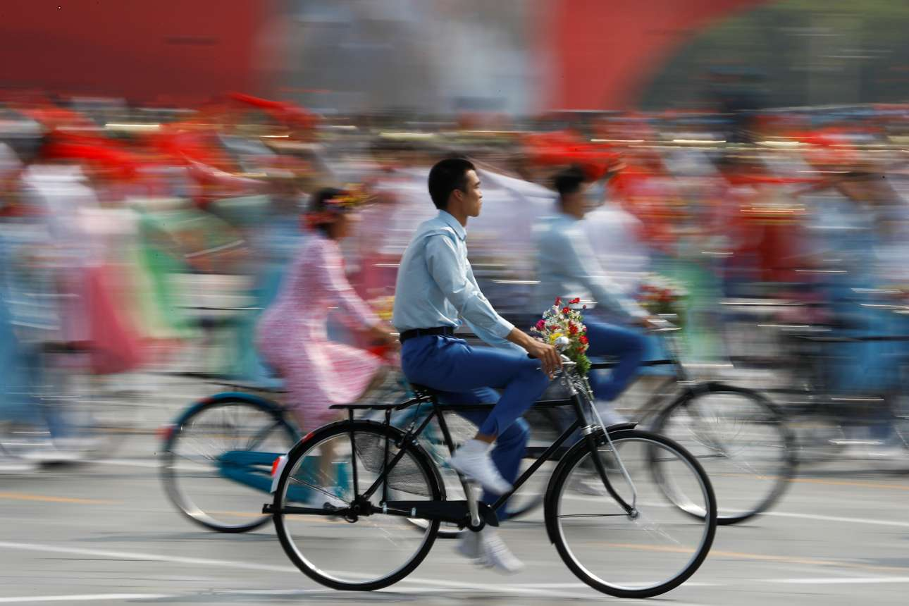 Τα χαρακτηριστικά ποδήλατα δεν θα μπορούσαν να λείψουν από την παρέλαση για τα 70 χρόνια της ΛΔΚ