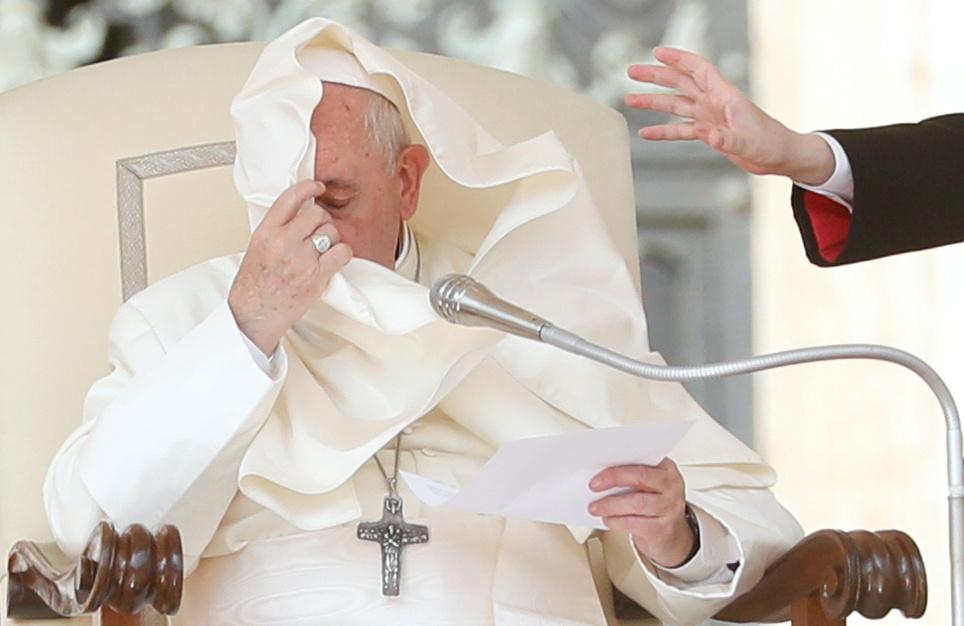 Ασεβής ο φθινοπωρινός άνεμος, παλιόπαιδο, αναστάτωσε και τα ενδύματα του πάπα