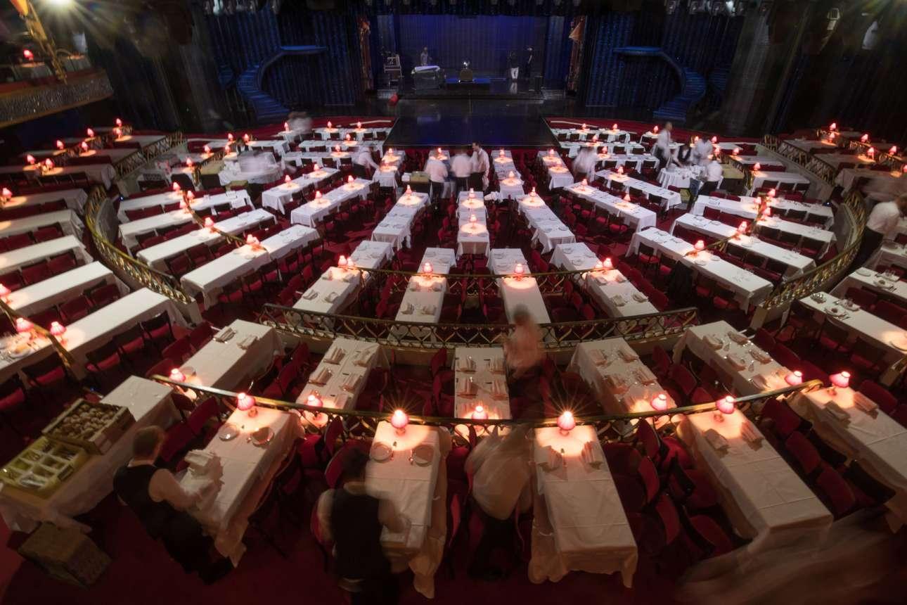 Σερβιτόροι ετοιμάζουν τα τραπέζια για την πρώτη παράσταση της βραδιάς