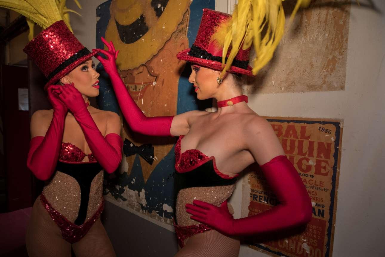 Οι χορεύτριες Λέισι και Κόρτνεϊ περιμένουν στους διαδρόμους τη σειρά τους για να βγουν στη σκηνή