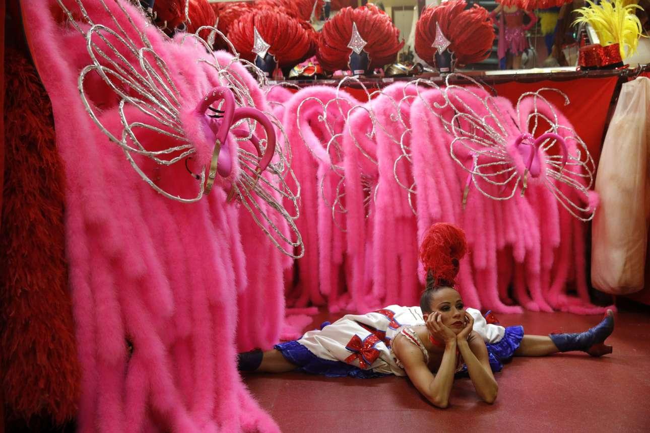 Η Αξέλ κάνει ζέσταμα πριν από την παράσταση ανάμεσα στα φαντασμαγορικά κοστούμια φλαμίνγκο