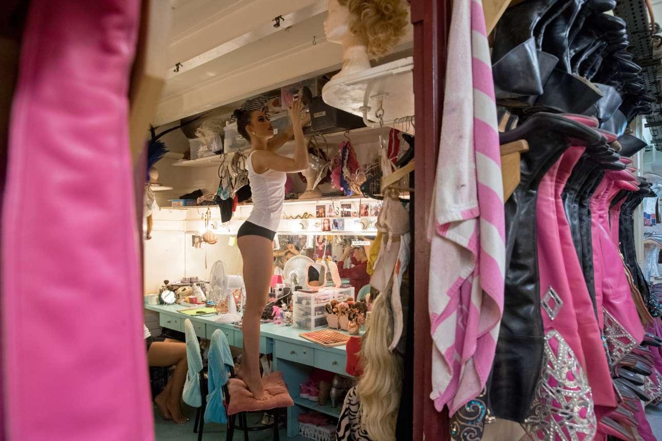 Η Κόρτνεϊ μέσα στο καμαρίνι της... και απ΄έξω μια σειρά από ψηλές μπότες