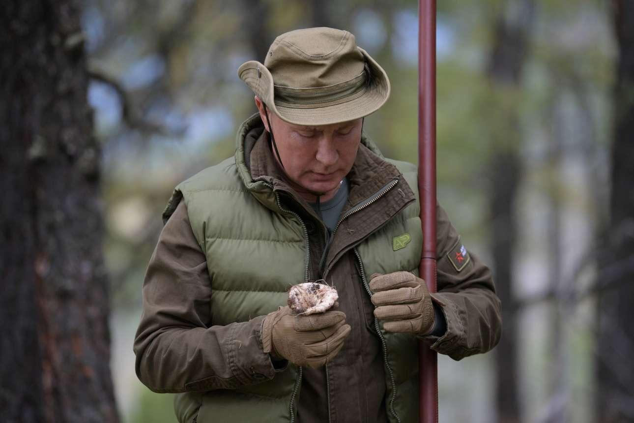 Ο Βλαντίμιρ Πούτιν παρατηρεί ένα μανιτάρι του δάσους