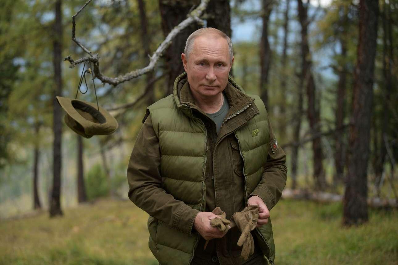 Οι φωτογραφίες που έδωσε στη δημοσιότητα το Κρεμλίνο θυμίζουν πάντως ημερολόγιο (και μάλλον θα εμφανιστούν και εκεί)