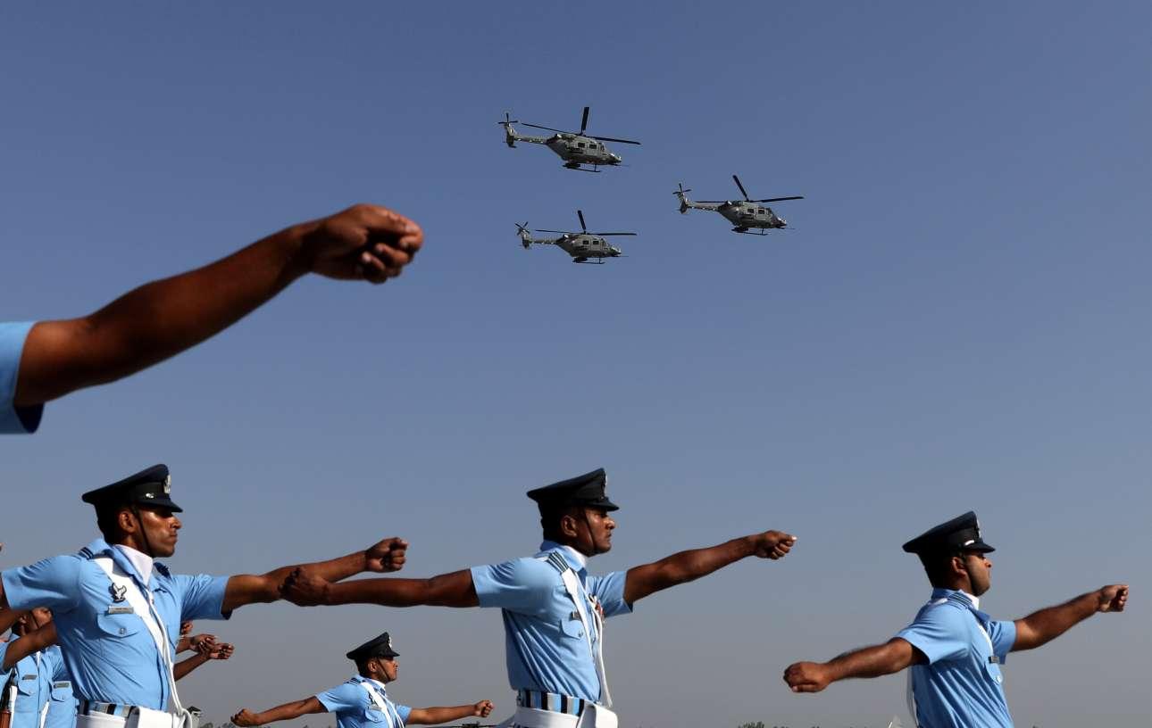 Νέο Δελχί: ινδοί αεροπόροι παρελαύνουν ενώ υπερίπτανται τα ελικόπτερα της μοίρας τους κατά τη διάρκεια των εκδηλώσεων για την Ημέρα της Πολεμικής Αεροπορίας