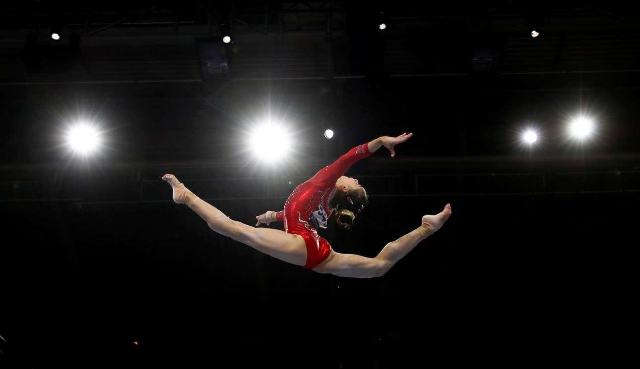 Αέρινο κορίτσι στον αέρα: η κινέζα αθλήτρια Λι Σιτζία σε ένα εξαιρετικό στιγμιότυπο από τους Καλλιτεχνικούς Γυμναστικούς Αγώνες της Στουτγκάρδης