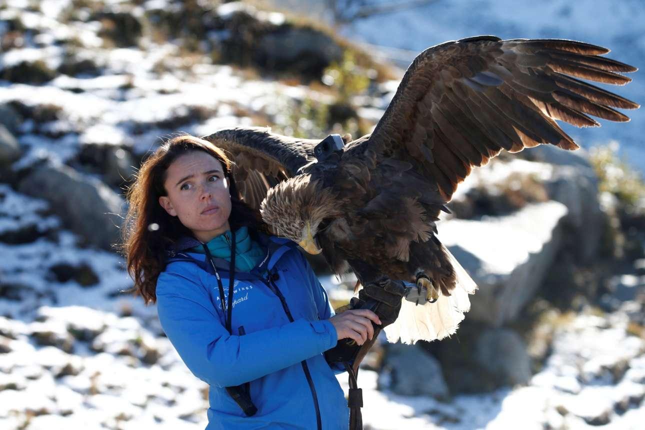Η κοπέλα του Σαμονί, στις γαλλικές Αλπεις, είναι εκπαιδεύτρια γερακιών και ετοιμάζεται να «ρίξει τον αετό» της πάνω από τα ψηλά βουνά με τους παγετώνες που λιώνουν από την υπερθέρμανση