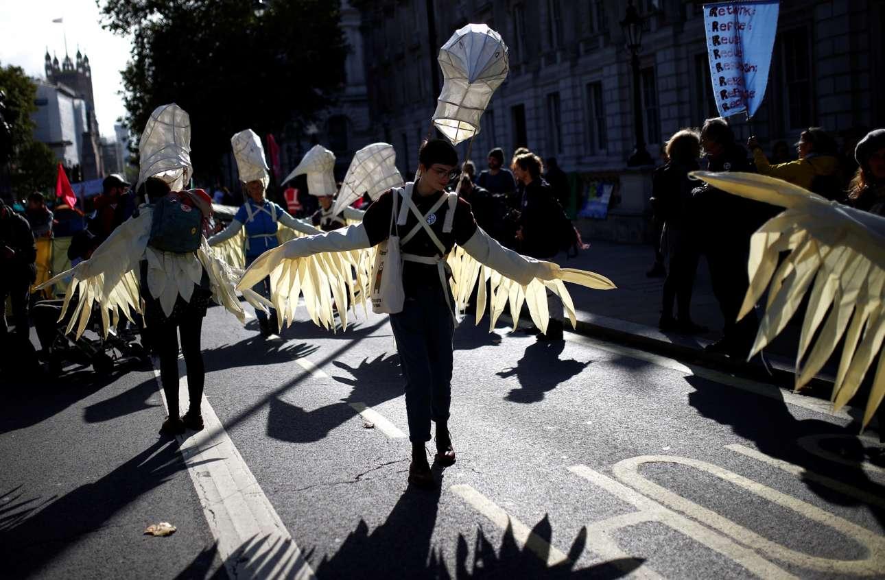 Σαν όρνια ντυμένοι ακτιβιστές υπέρ της σωτηρίας του κλίματος προσγειώθηκαν στους δρόμους του Λονδίνου
