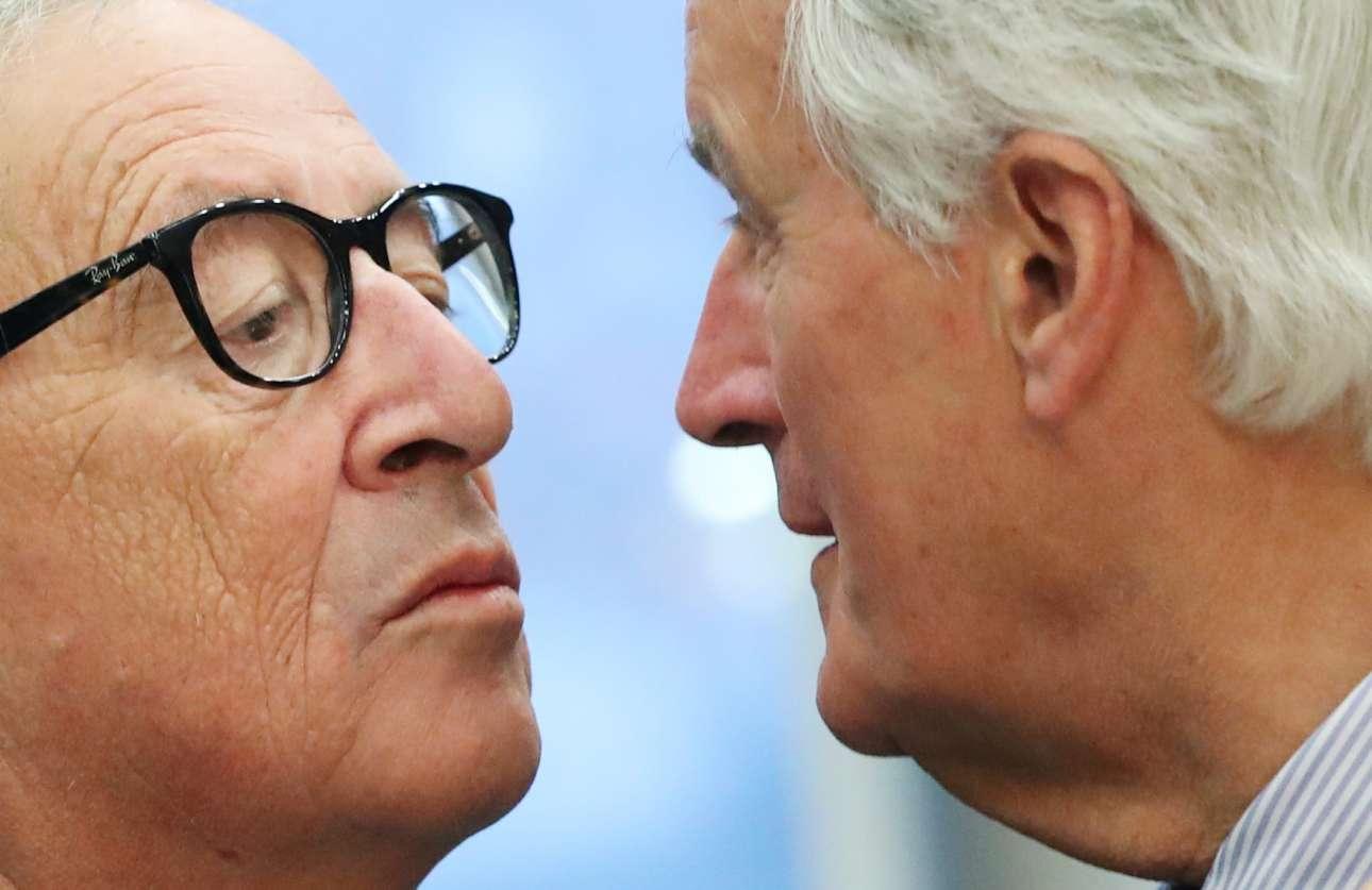 Το στιγμιότυπο ξεγελά: οι Γιούνκερ και Μπαρνιέ δεν προσπαθούν να μιμηθούν το ιστορικό φιλί Μπρέζνιεφ - Χόνεκερ, αλλά να μιλήσουν για το Brexit