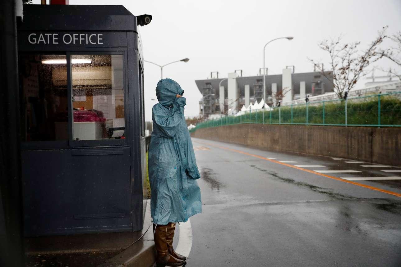 Πλήρως έτοιμη για την κακοκαιρία η γυναίκα στην είσοδο του σιρκουί της Σουζούκα