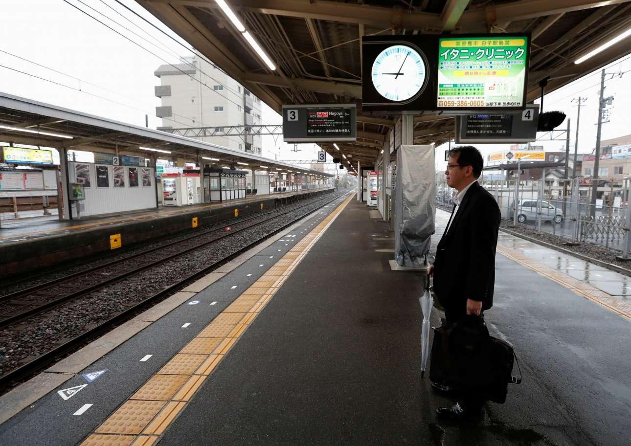 Ενας και μοναδικός επιβάτης περιμένει στον σιδηροδρομικό σταθμό στη Σουζούκα
