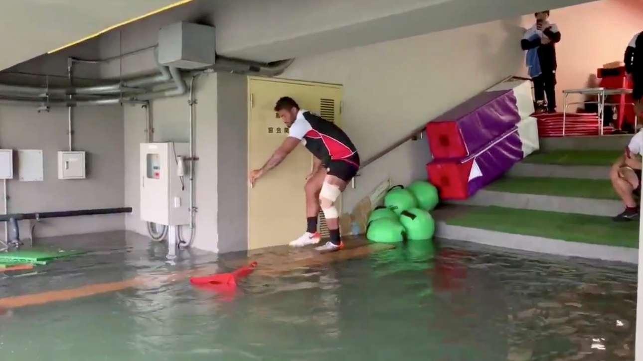 Ηρθαν για να παίξουν ράγκμπι αλλά σχεδόν κάνουν τους κολυμβητές οι παίκτες της εθνικής Ιαπωνίας στα πλημμυρισμένα υπόγεια του σταδίου στο Τόκιο
