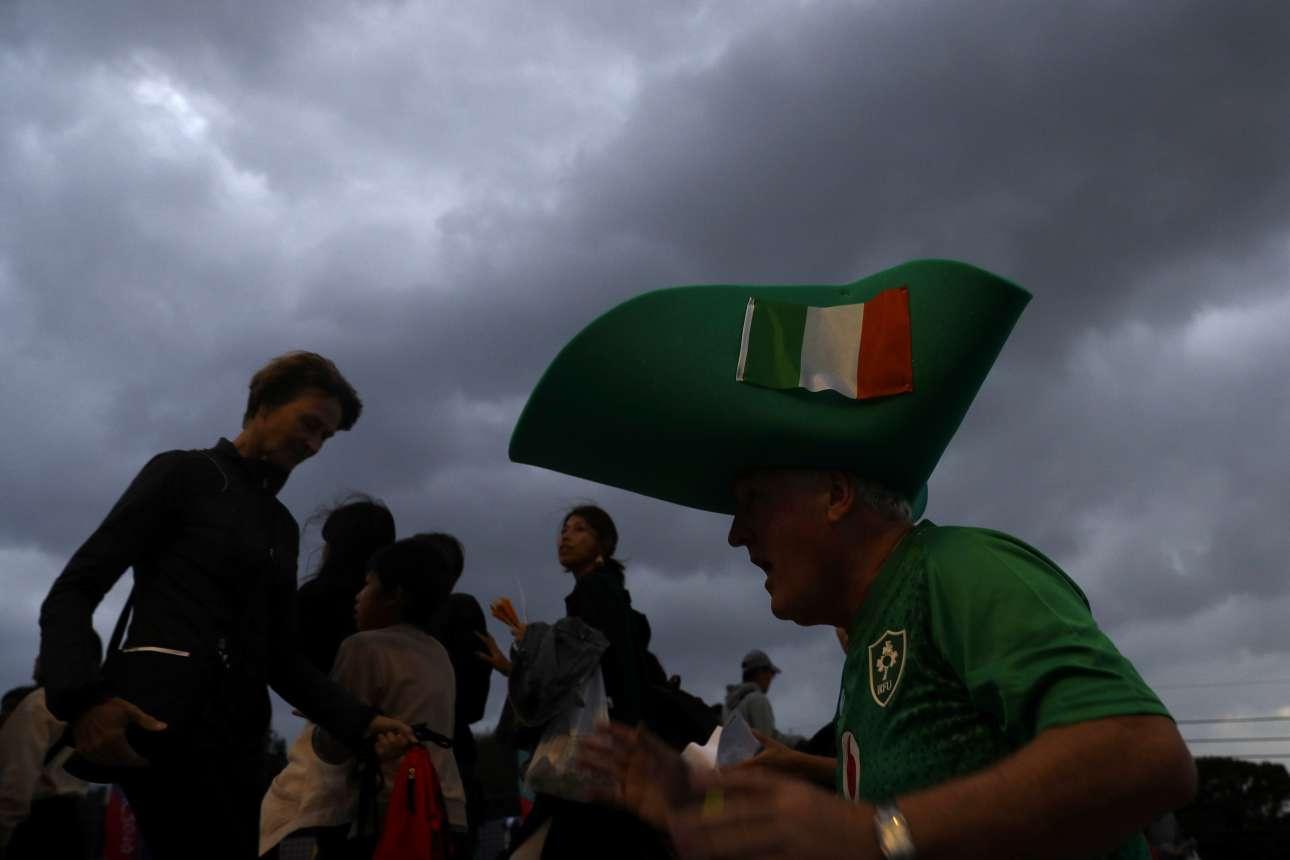 Σε ένα άλλο γήπεδο ράγκμπι, στη Φουκουόκα, οι οπαδοί δεν πτοούνται ούτε από την βαριά συννεφιά