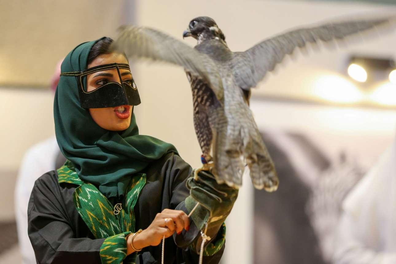 Σαουδαράβισσα συμμετέχει πρώτη φορά σε έκθεση με κυνηγετικά γεράκια στο Ριάντ, φορώντας το περίεργο (έως διφορούμενο) κάλυμμα προσώπου που βλέπετε