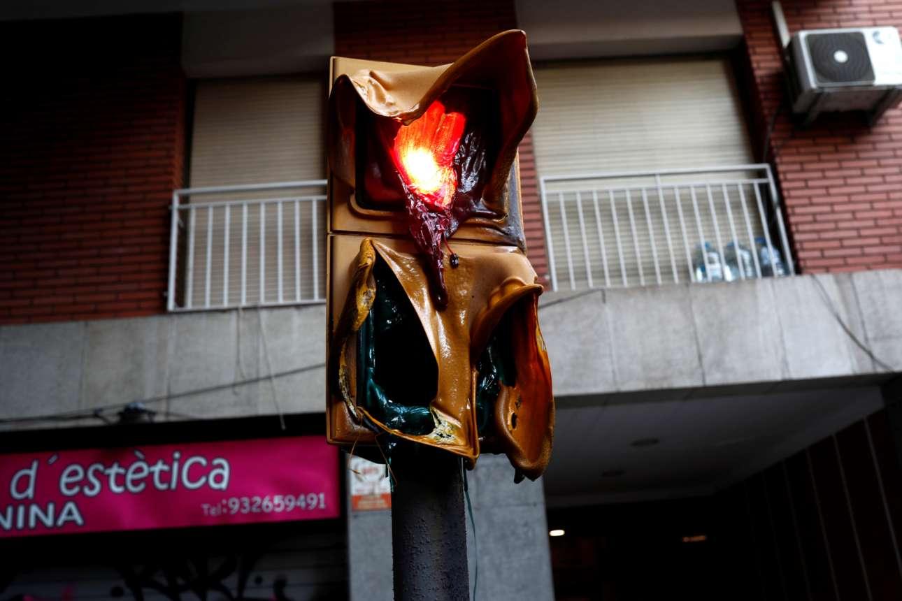 Τι απαγορεύεται και τι επιτρέπεται; Κόκκινο έχουμε ή πράσινο; Σταματώ ή περνώ; Δημοψήφισμα, κάποτε, θα γίνει; Τα αγωνιώδη υπαρξιακά ερωτήματα έλιωσαν ακόμη και τα φανάρια στη Βαρκελώνη