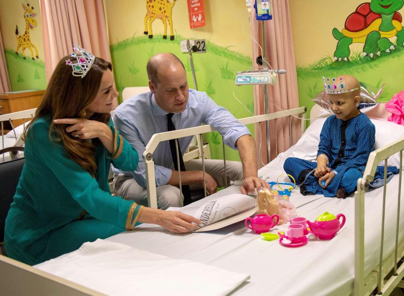 Το άρρωστο παιδάκι είχε επισκέψεις στο κρεβάτι του πόνου του: το αντικαρκινικό νοσοκομείο της Λαχώρης (Πακιστάν) επισκέφθηκαν ο Γουίλιαμ και η Κέιτ, το βρετανικό πριγκιπικό ζεύγος