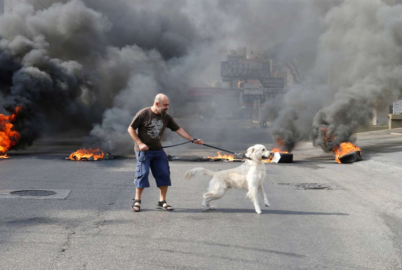Σκληρές (με νεκρούς) ήταν οι διαδηλώσεις στον Λίβανο, αλλά και ο σκύλος (εξ ορισμού αθώος) ήθελε τη βόλτα του - το αφεντικό του, θαρραλέο