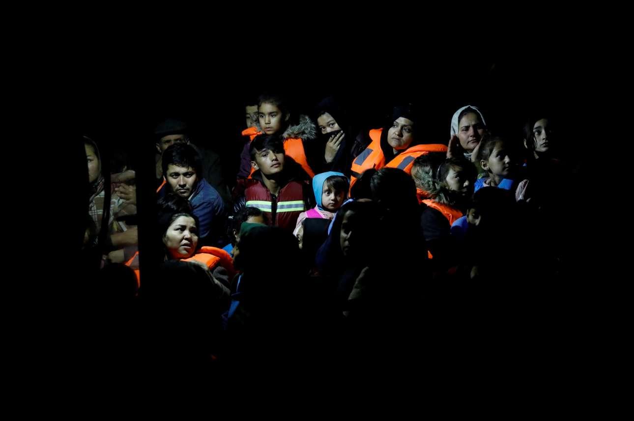 Δεν τους κατάπιε ακόμη το σκοτάδι: Αφγανοί που διασώθηκαν στο Αιγαίο, μέσα σε σκάφος της Frontex στη Λέσβο