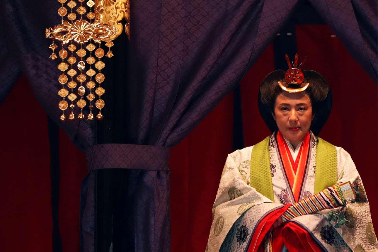 Η αυτοκράτειρα Μασάκο στην τελετή όπου η ενθρόνιση του νέου αυτοκράτορα ανακοινώνεται στους προγόνους τους, σε ένα από τα τρία ιερά του παλατιού