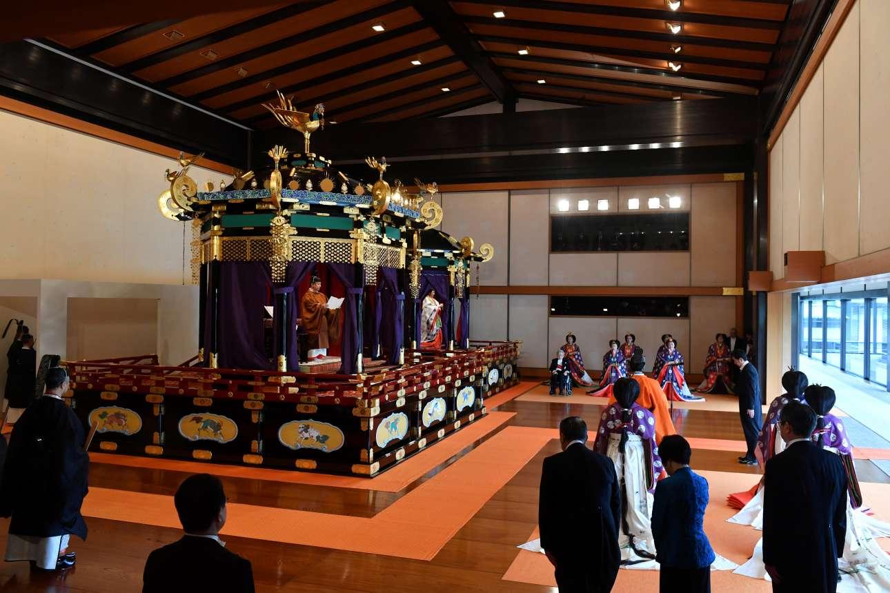 Αποψη της αίθουσας και του θρόνου με τον αυτοκράτορα να διαβάζει τον επίσημο όρκο για την ανάληψη των καθηκόντων του