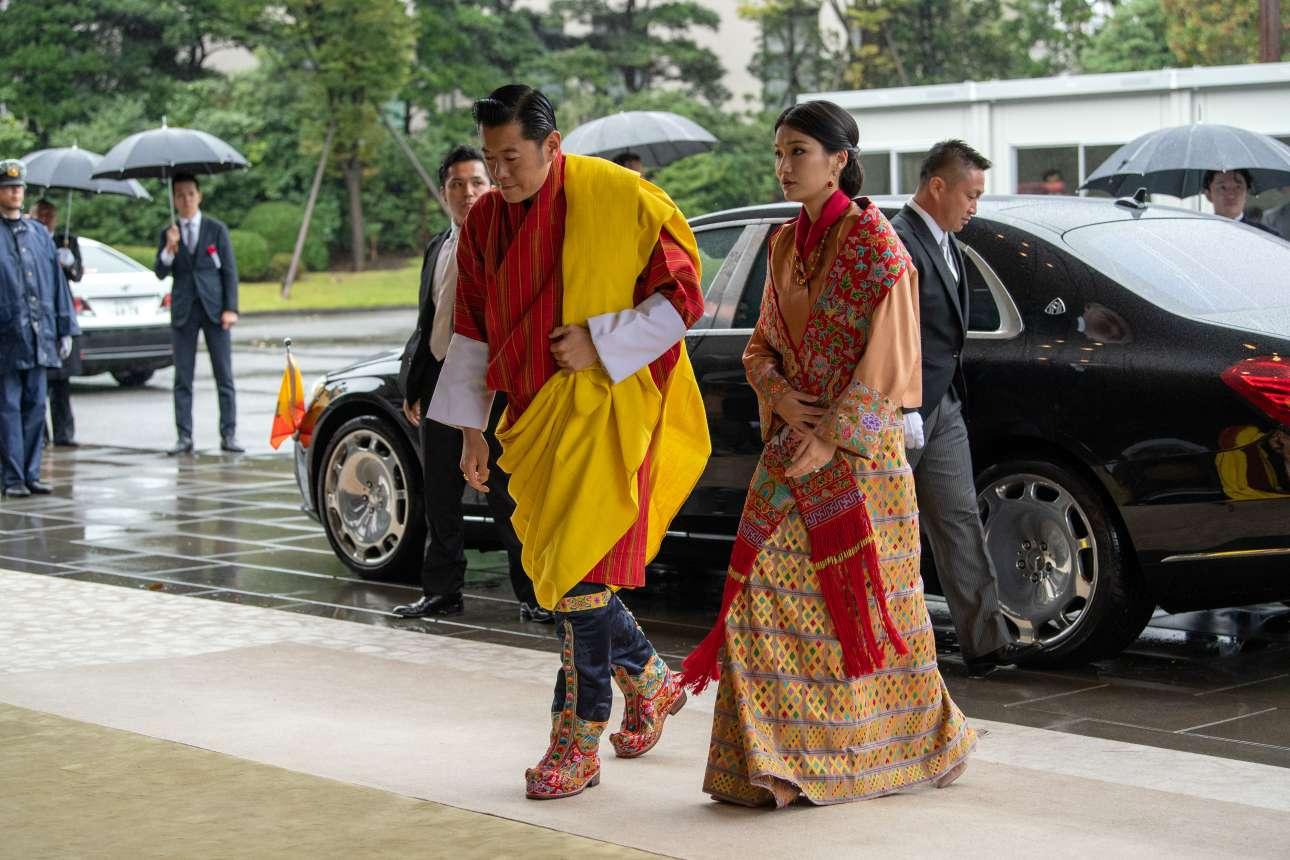 Ο βασιλιάς του Μπουτάν, Τζιγκμέ Κεσάρ Ναμγκιέλ Γουανκτσούκ και η βασίλισσα, Τζετσούν Πέμα, προσέρχονται στην τελετή