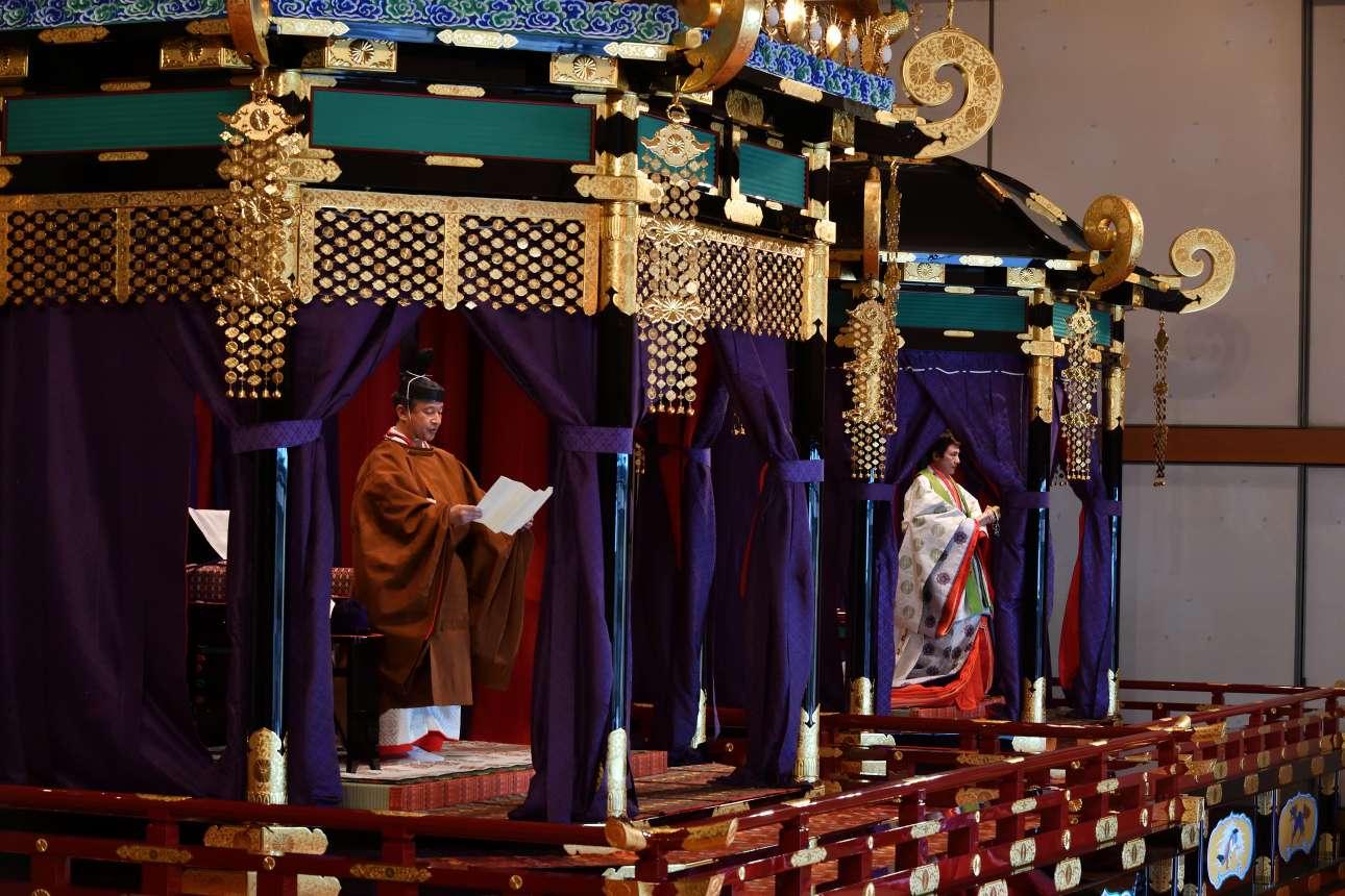 Ο αυτοκράτορας Ναρουχίτο διαβάζει τον όρκο του ενώ λίγο πιο πέρα στέκεται η σύζυγός του, Μασάκο
