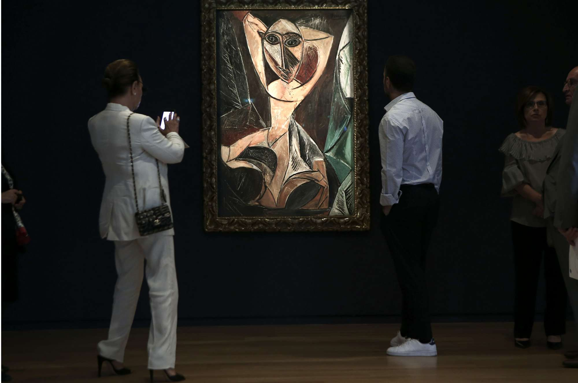 Επισκέπτες θαυμάζουν από κοντά το έργο του Πικάσο «Γυμνή γυναίκα με σηκωμένα χέρια» στο νέο μουσείο του Ιδρύματος Βασίλη και Ελίζας Γουλανδρή, που βρίσκεται στην οδό Ερατοσθένους στο Παγκράτι