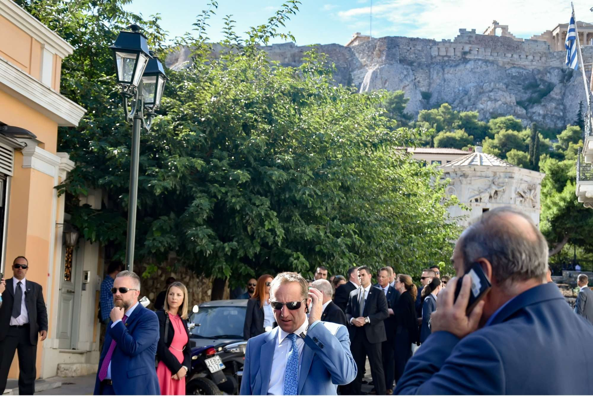 Το γκρουπ κάτω από τον Ιερό Βράχο της Ακρόπολης