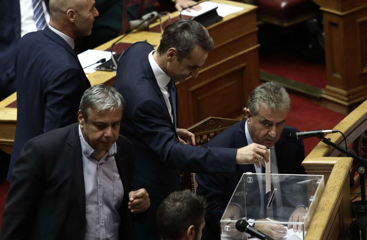 O άρτι αφιχθείς από το Κάιρο, Κυριάκος Μητσοτάκης, ψηφίζει για την Προανακριτική, ενώ δίπλα του είναι ο βουλευτής Α Αθηνών του ΣΥΡΙΖΑ και πρώην υπουργός Χριστόφορος Βερναρδάκης