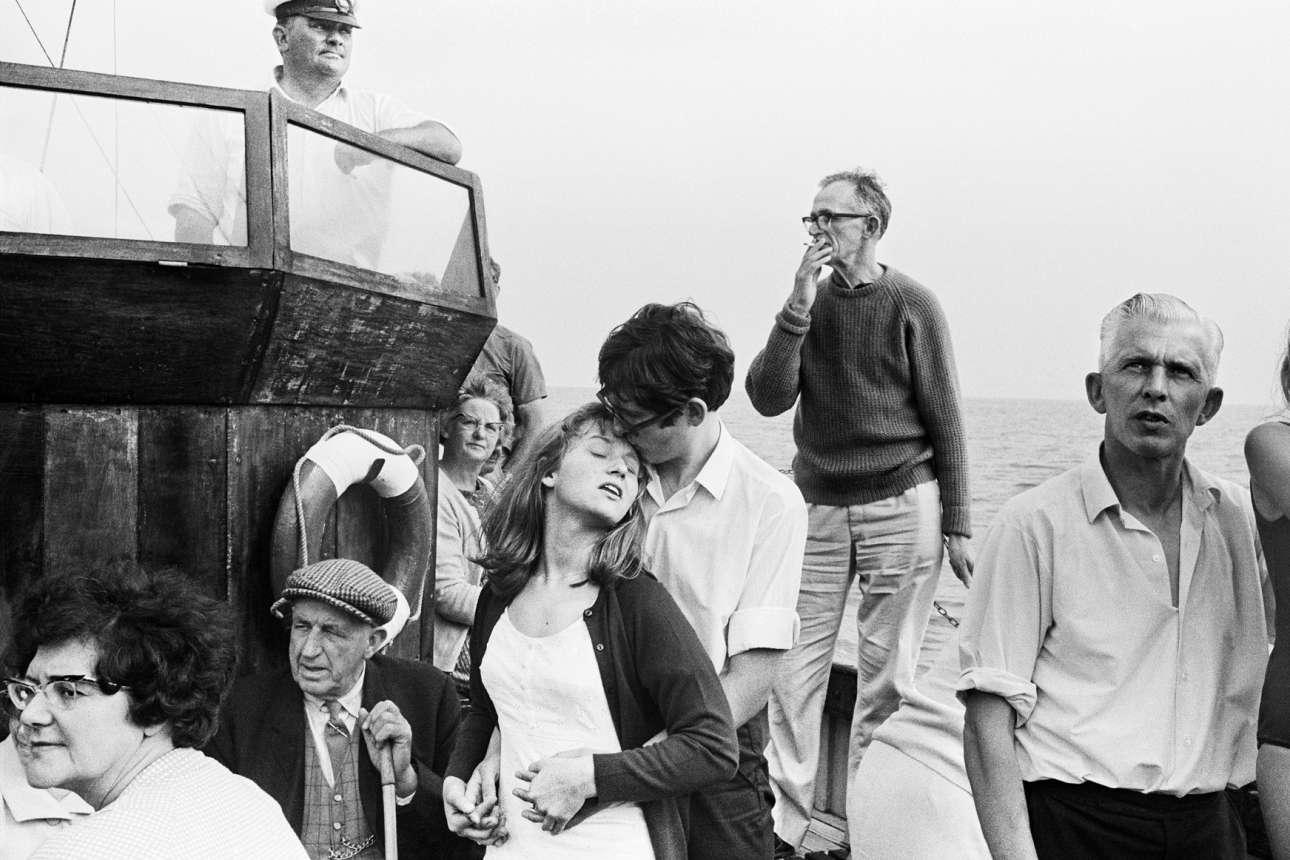 Εκδρομή με το καράβι κάτω από τους διάσημους βράχους του Beachy Head, το 1967