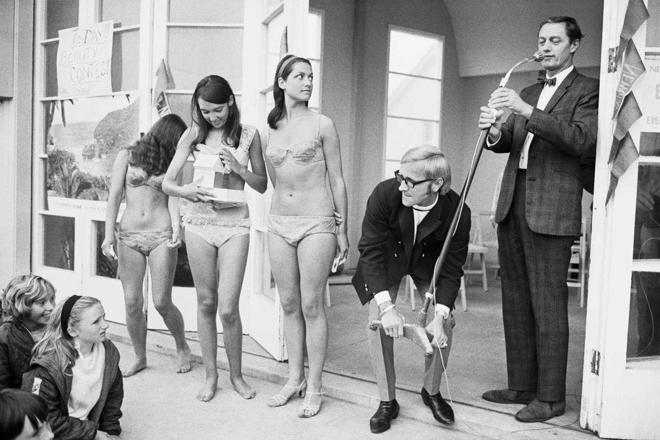 Καλλιστεία στο Νιουκουέι το 1967. «Η φωτογραφία μπορεί να είναι σαν ένας καθρέφτης που αντικατοπτρίζει τη ζωή όπως είναι, αλλά πιστεύω επίσης ότι ίσως είναι δυνατόν να περπατάς όπως η Αλίκη (στη Χώρα των Θαυμάτων) και να βρεις ένα διαφορετικό είδος κόσμου με την κάμερα» Χ