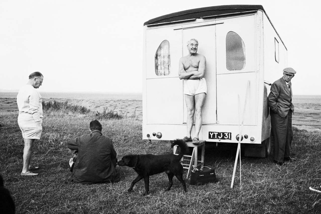 Στιμιότυπο του 1967 από την παραλία του Μπράιτον. Ο Ρέι Τζόουνς συνέθετε πολύπλοκες εικόνες με φόντο ένα μοναδικό αγγλικό σκηνικό, όπου το διάστημα μεταξύ των στοιχείων της εικόνας ήταν εξίσου σημαντικό με το κυρίως θέμα