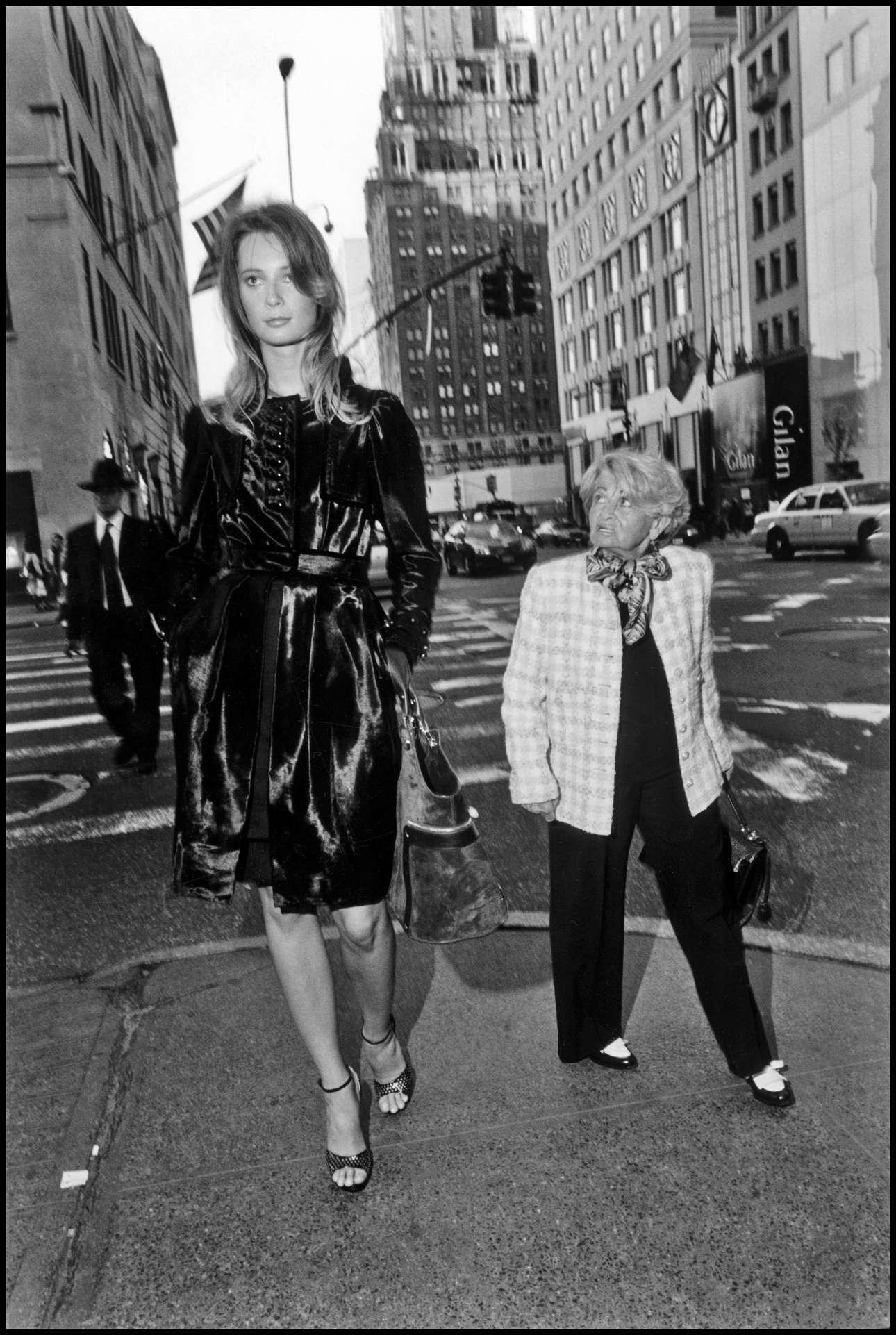 Νέα Υόρκη, 2015. Ημουν σε μια φωτογράφιση μόδας για το περιοδικό New York Times και είχαμε σχεδόν τελειώσει. Το μοντέλο ήταν πολύ ψηλό (1,88 αν δεν κάνω λάθος). Περπατούσαμε στην 5η Λεωφόρο και είδα αυτή τη μικρή κυρία να περπατάει στην ίδια κατεύθυνση με εμάς. Τράβηξα τη φωτογραφία όταν ήρθε παράλληλα με το μοντέλο και γύρισε και την κοίταξε σαν να ήταν γίγαντας»