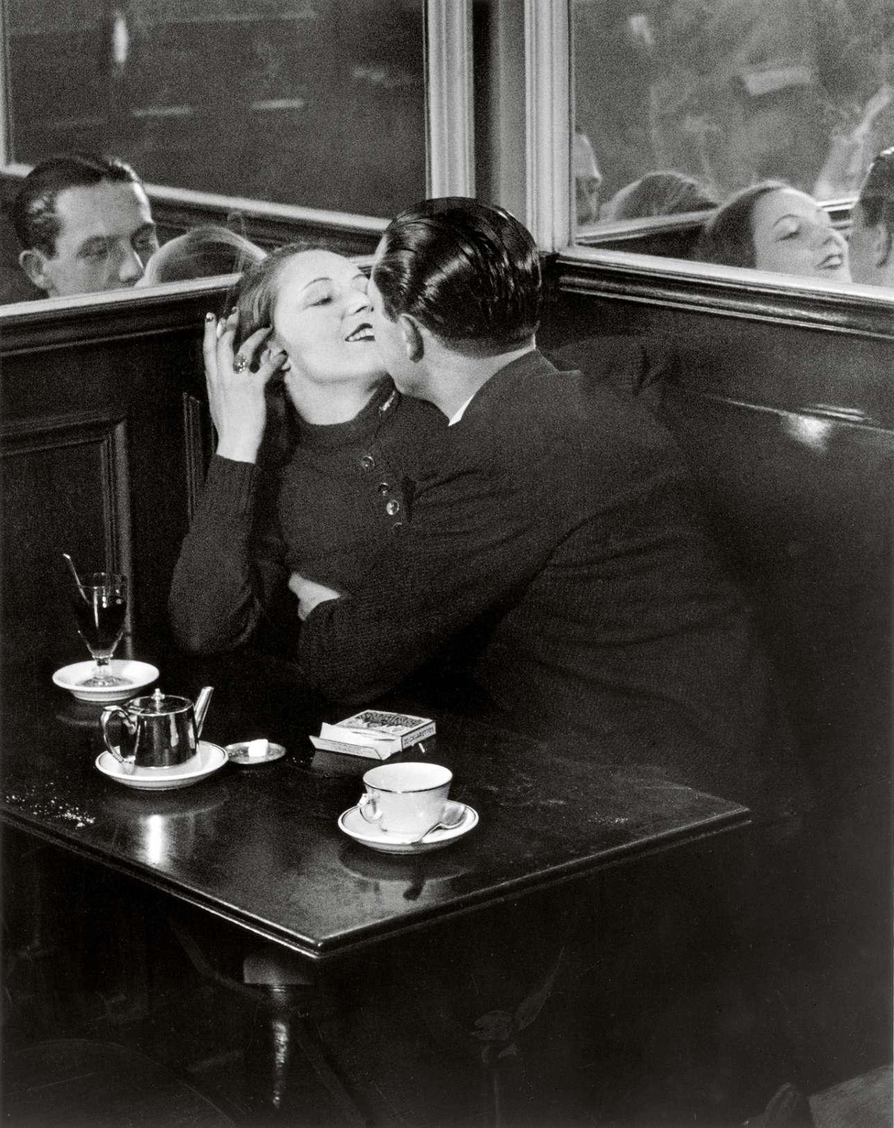 Ερωτευμένο ζευγάρι σε ένα από τα αμέτρητα καφέ της Πόλης του Φωτός, το 1932