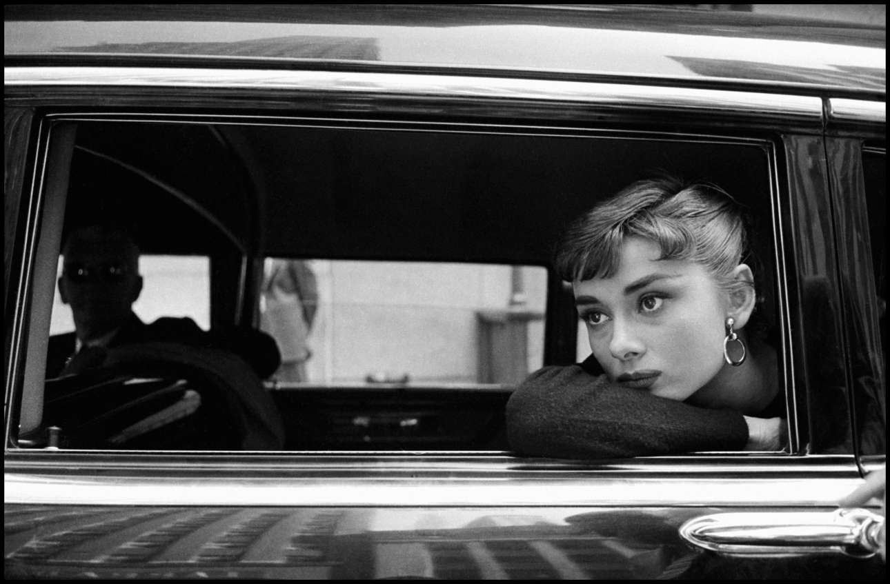 Η Οντρεϊ Χέπμπορν στα γυρίσματα της «Σαμπρίνας» στη Νέα Υόρκη, το 1954. Σύμφωνα με τον Ντένις Στοκ, «το πιο διασκεδαστικό με το να φωτογραφίζεις είναι ο ενθουσιασμός που αποκαλύπτεται μέσω της οπτικής ενός φακού»