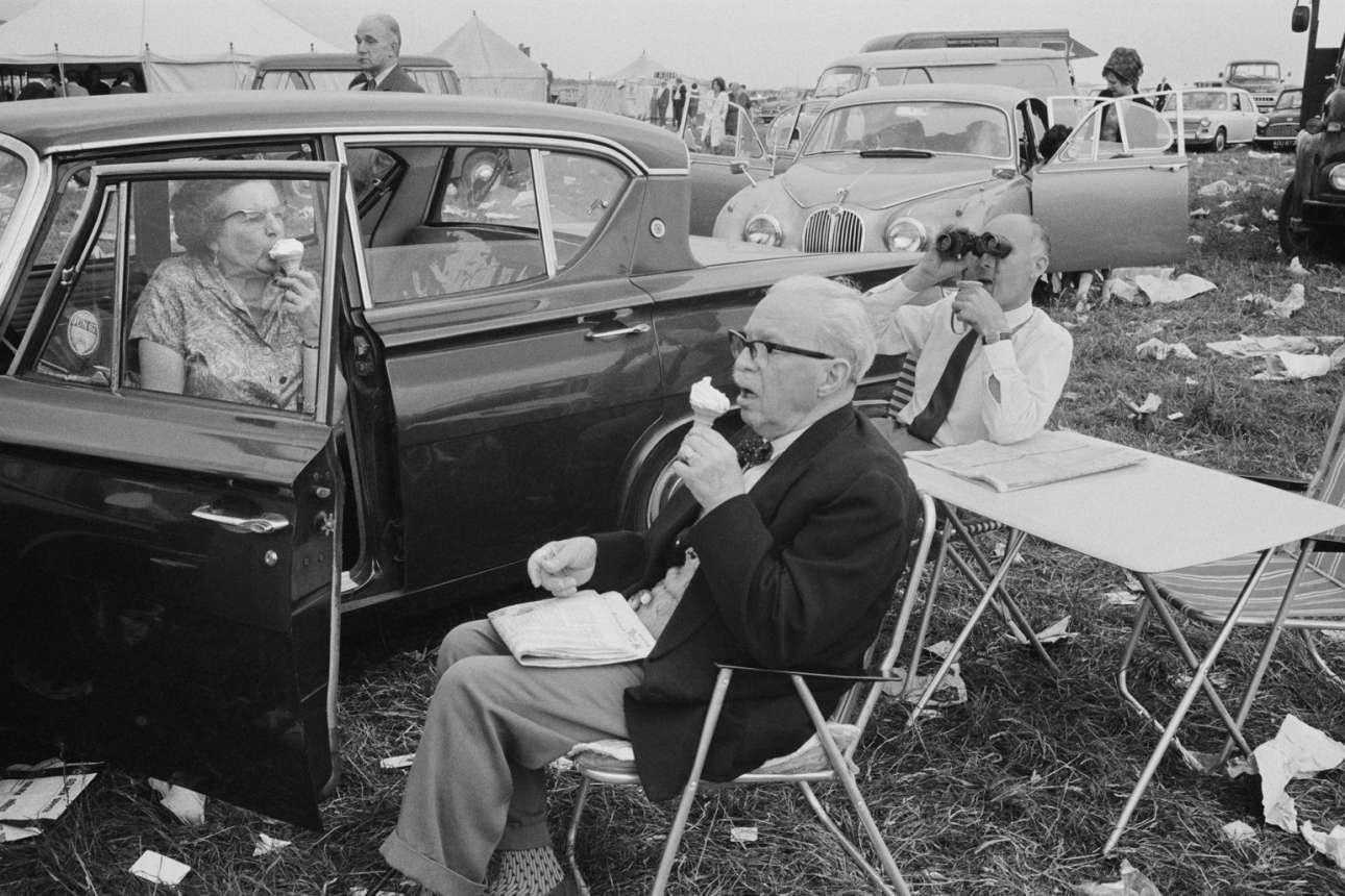 Ημέρα Ντέρμπι στον ιππόδρομο του Επσομ, 1967. «Προσπάθησα να δείξω τη θλίψη και το χιούμορ στην ευγενική τρέλα που κυριαρχεί στους ανθρώπους. Οι καταστάσεις είναι μερικές φορές διφορούμενες και μη πραγματικές με αντιπαραθέσεις στοιχείων φαινομενικά ανεξάρτητων, ωστόσο οι άνθρωποι είναι αληθινοί. Αυτό, ελπίζω, βοηθά στο να δημιουργηθεί μία αίσθηση φαντασίας» είχε γράψει ο Τζόουνς