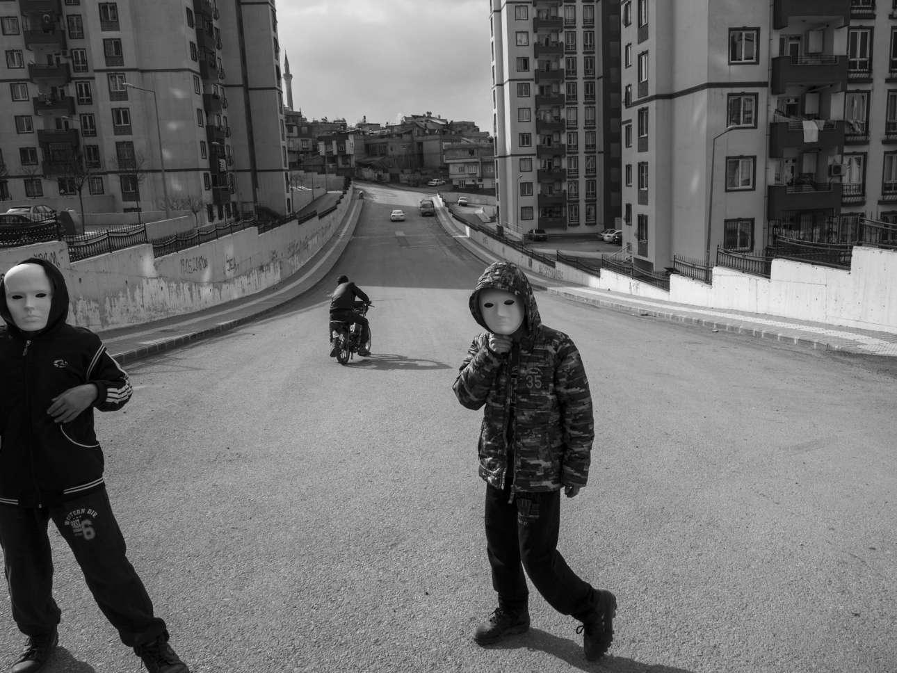 Μία μέρα πριν το δημοψήφισμα της Τουρκίας, στη πόλη Γκαζιαντέπ το 2017. «Πρόσωπα που κρύβουν τα πάντα ορατά περισσότερο από ποτέ»