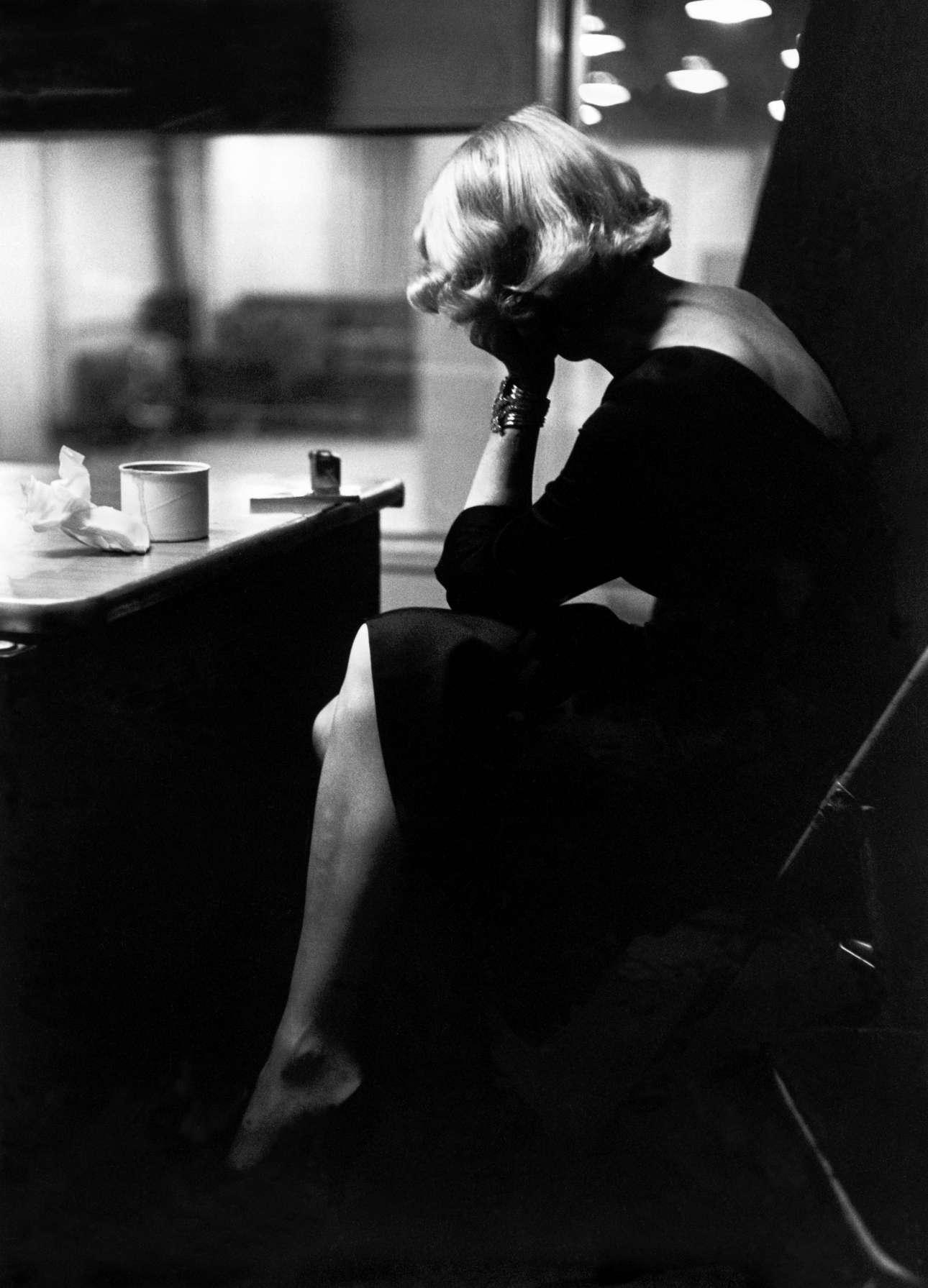 Η Μαρλένε Ντίτριχ στο στούντιο ηχογράφησης της Columbia Records στη Νέα Υόρκη, το 1952. «Εργαζόταν σκληρά και επιμελώς όπως ένας σκαφέας χαντακιών, από τα μεσάνυχτα που έφτανε μέχρι τις 6 το πρωί. Την ακολούθησα από την πρόβα στην ηχογράφηση στo playback και ξανά από την αρχή καθώς δούλευε, και τίποτα δεν αμφισβητούνταν ή ήταν εκτός ορίων», γράφει στις σημειώσεις της η Ιβ Αρνολντ.  Η κορυφαία φωτογράφος ήταν από τις πρώτες που «έβγαλε» τους αστέρες της εποχής έξω από τα στούντιο και τους φωτογράφιζε σε προσωπικές στιγμές.